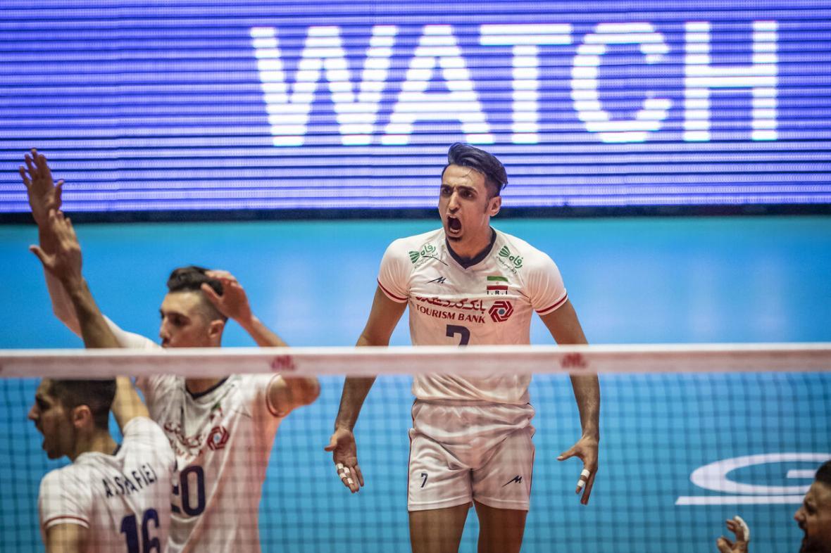 خبرنگاران پیروزی سخت والیبال ایران با حمایت تماشاگران اردبیلی
